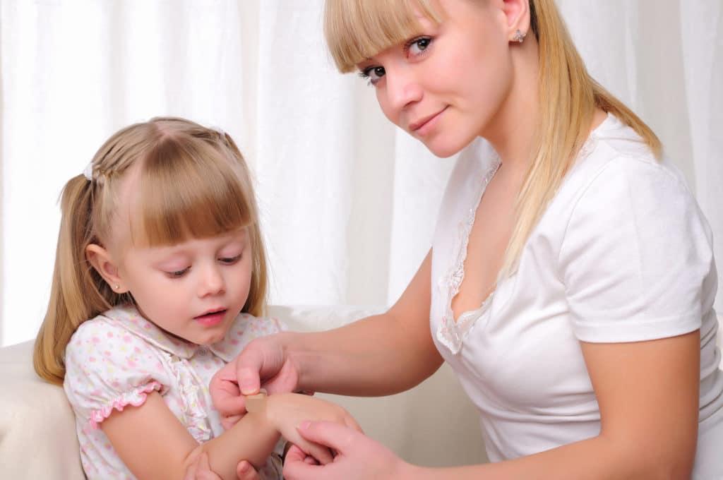 Первая помощь при ушибе руки у ребёнка