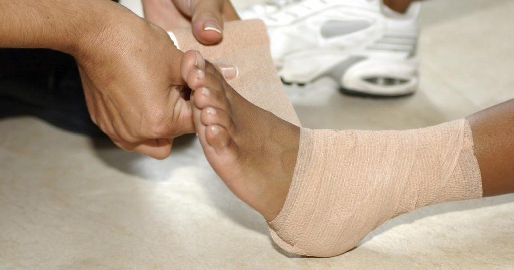 Ушиб стопы: симптомы и методы лечения