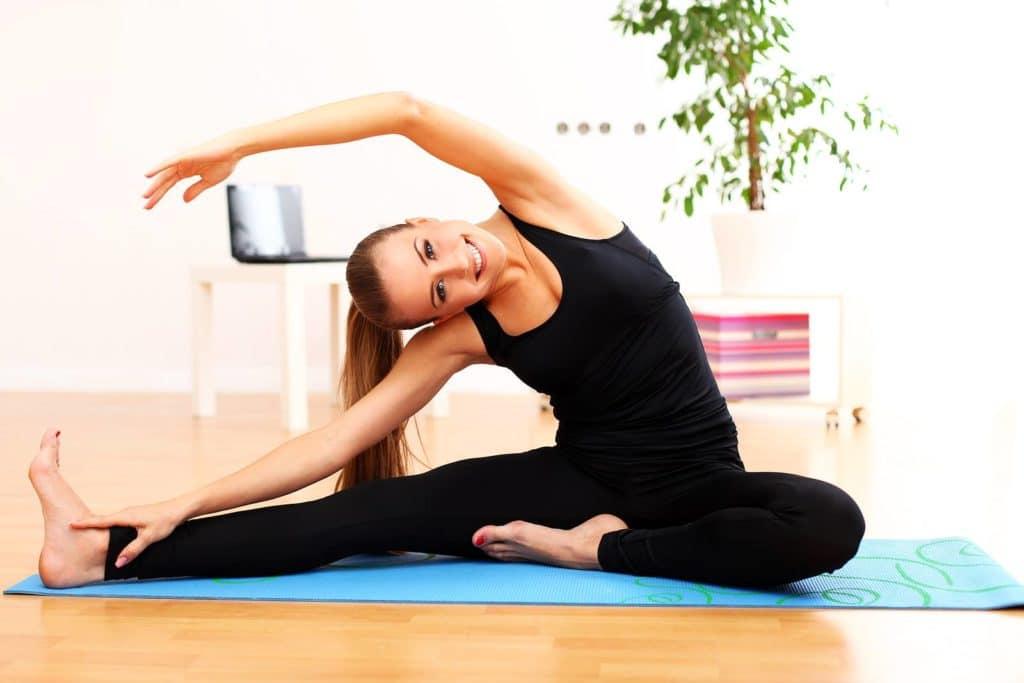 Утренняя зарядка в целях профилактик растяжений связок плеча