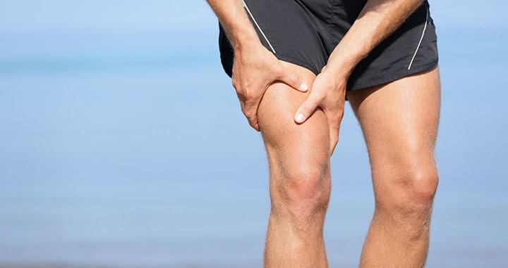 Растяжение мышц бедра: как лечить и что делать?