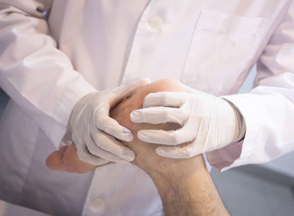Для того чтобы правильно оценить состояние раны, ее глубину и характер обратитесь к врачу